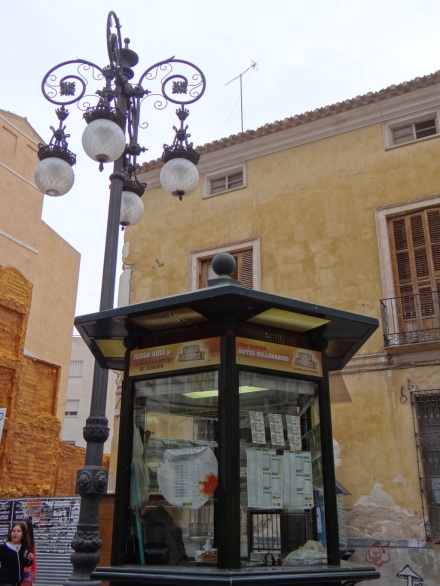 lotterieverrückte Spanier: überall werden Lose verkauft