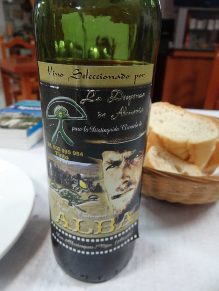 Reminiszenzen an die 70er Western: eigene Weinflaschen-Etiketten im Hostal Alba in Los Albaricoques