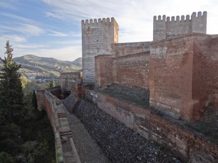 Alhambra: von außen eher trutzig