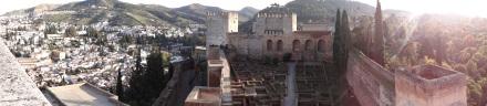 ein Grund, warum es auf und in der Alhambra und in Granada so schön ist: die Lage vor der Sierra Nevada