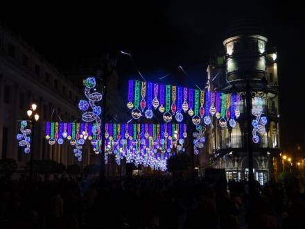 """Weihnachtsbeleuchtung in Sevilla vor ein paar Tagen (verrückt, was da jeden Abend in der Stadt los war - und die Leute gehen nicht """"shoppen"""" wie bei uns; es wird gesungen, gebummelt, gequatscht ...)"""