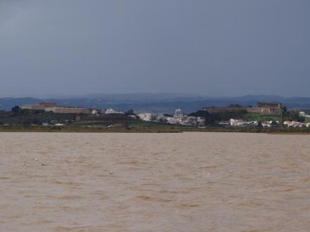 """Der Blick über den Rio Guidiana nach Portugal und auf die trutzige Festung """"Castro Marim"""""""