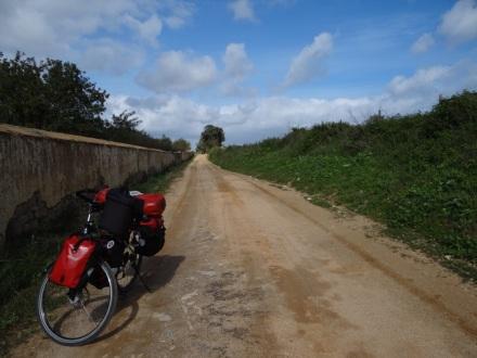 Mittelprächtige Wegequalität – wenn auch auf schöner, ruhiger Strecke und damit allemal besser als die N125 (Portugals Autofahrer erinnern leider mehr an die Italiener denn an Spanier oder Franzosen).