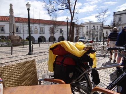 Kaum zu glauben: wieder mal nach einem recht kräftigen Schauer – aber an meinem gelben Cape, zum Trocknen übers Rad gelegt – zu erkennen (bei kurzer Mittagspause im hübschen Ort Tavira)