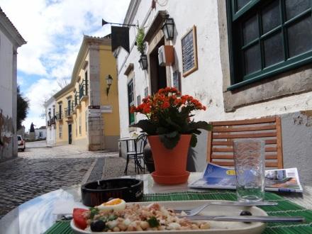 Mittagessen heute in Faro (der Regen hatte sich verzogen): weiße Bohnen, Thunfisch, Zwiebeln, Eier, Tomaten, Oliven, Koriander und Olivenöl – lecker!