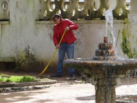 morgendliche Reinigungsarbeiten im kleinen Stadtpark