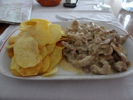 """Mittagessen (in Redondo): eine """"halbe Dose"""" – gut, dass ich bei der Miniportion davor noch ein Käse-Champignons-Omelett bestellt hatte, das ähnlich winzig war."""