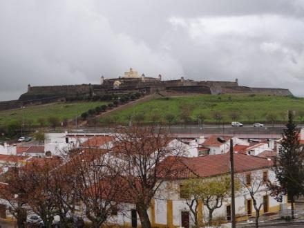 Blick von Elvas auf die Festung St. Luzia