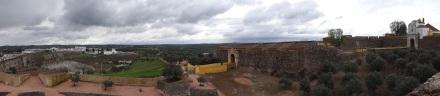 Stadtmauer und links das Aquädukt von Amoreira