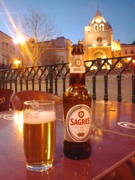 Angekommen: da gönne ich mir ein alkoholfreies Bier in der Altstadt von Elvas.