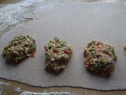 Vegetarische Vollkornmaultaschen - klingt schrecklich, schmeckt fantastisch (Füllung: grüner Spargel, Cocktailtomaten, Bärlauch, Parmesanhobel, etc.)