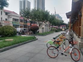 """Leihfahrräder in der ganzen Stadt - und man kann sie nicht nur an solchen Stationen abstellen, sondern einfach überall. Einfach das Schloss schließen und die Handy-App registriert, dass man das Fahrrad wieder """"abgegeben"""" hat und rechnet ab - Einzug vom Bankkonto inklusive. Da sind uns die Chinesen etwas voraus - kümmern sich aber auch nicht wirklich um Datenschutz und Datensicherheit, scheint mir."""