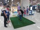 Minigolf im Einkaufszentrum.