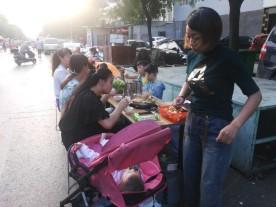 Auch auf der Straße: überall wird gegessen und genossen.