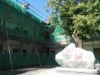 Nr. 89: Baustelle bei den Lehrerbüros. Jeden Tag wird gehämmert, gesägt und viel Staub aufgewirbelt. Aber das Gebäude wird richtig aufgewertet. Aus neu und hässlich mach alt und schön ...