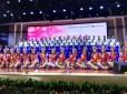 Im Hintergrund der Lehrerchor, im Vordergrund eine professionelle Tanzgruppe aus der inneren Mongoei