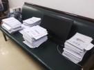 Korrekturstapel der Deutschlehrerinnen auf dem Sofa unseres Büros: sämtliche Schüler bringen jeden Tag ihre Hefte vorbei, damit die Hausaufgaben kontrolliert werden!