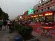 Auf dem Heimweg von der Jiao Tong Schule - überall wird gegessen.