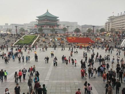 Menschenmassen beim Glockentrum (Zhong Lou) am Nationalfeiertag