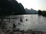 Kinder beim Baden im Yulong-Fluss.