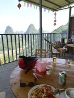 """""""Restaurant"""" mit Aussicht - ich halte, ich werde mit wilden Gesten gefragt, ob ich Hunger habe, ich bejahe und zeige das Foto in meinem Handy, auf dem Sun Jing geschrieben hat, dass ich Vegetarier bin. Daraufhin lande ich in der """"Küche"""" (einer offenen Fläche unter einer Terrasse) und darf mir die Zutaten direkt selbst aussuchen. 10 Minuten später sitze ich mit einem leckeren Essen und Bier auf der Terrasse - mit fantastischem Blick. Alles ganz einfach, aber soooo schön."""