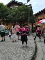 Bei den Longji-Reisterrassen. Die Frauen dürfen sich nur einmal im Leben die Haare schneiden. Danach werden sie kunstvoll um den Kopf gelegt.