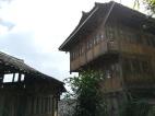 Traditionelle Holzhäuser in den Longji-Reisterrassen.