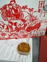 Mondkuchen muss mit allen Anwesenden geteilt werden - 4 Deutschlehrer im Büro = 4 Stück Mondkuchen!