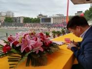 Zur Eröffnung des Sportfestes bekomme ich einen Platz auf der Ehrentribüne - Zhengping schreibt noch ganz schnell meinen Namen auf's Namensschild.