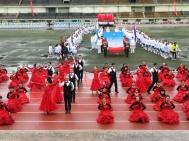 Eröffnungsfeier des Sportfestes: eine Gruppe von Lehrern führt auf chinesische Melodien in spanischen Kleidern einen Walzer auf. Sie haben sich wochenlang darauf vorbereitet!
