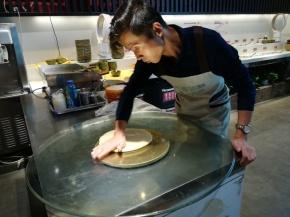 """Zubereitung eines blätterteigartigen """"Pfannkuchens"""" im Restaurant mit dem besten Bier in China (Hausbrauerei)."""