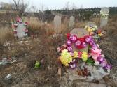 Ganz unbermittelt entdecke ich einen Friedhof - außerhalb der Stadt - mit Opfern (Äpfel und Datteln) auf Tellern vor den Gräbern.