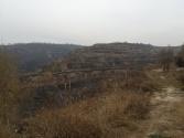 Gräbe in den Hügeln soweit das Auge reicht.