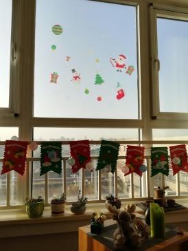 Welch' schöne Überraschung: Weihnachtsdeko an meinem Wohnzimmerfenster nach der Putzaktion.