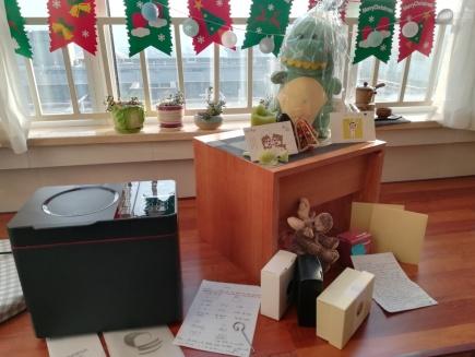 Mein Gabentisch am 25. Dezember. Karten und Briefe von Schülern, ein Kuscheltier von der 10. Klasse, Geschenke von meiner Mutter ... und: ein Brotbackautomat von meinen Kolleginnen und von Shelley!!!