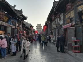 Eine der beiden Hauptachsen der Altstadt, gesäumt von Geschäften und Restuarants und im Hintergrund der Stadtturm (Shi Lou). In den Seitenstraßen geht es zum Glück viel gemächlicher zu.