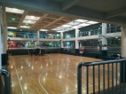 Manches in den chinesischen Schulen ist ganz schön schick - hier der Basketballplatz an der Unterstufenschule der Jiao Tong mitten im Schulgebäude.