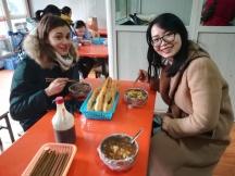 Claudia von der Jiao Tong mit Chiara, einer deutschen Praktikantin, am Morgen von deren Ankunft in Xi'an an einem Samstagmorgen (sie kam mit dem Nachzug aus Peking) - beim klassisch-chinesischen Frühstück.