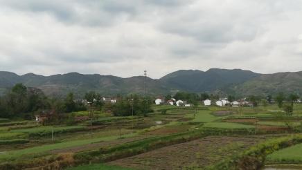 Auf der Fahrt mit dem Hochgeschwindigkeitszug im Qin Ling - Gebirge.