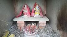 Räucherstäbchen in einer sehr einfachen Grabstätte mitten im (Stadt)Wäldchen.