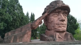 In einem Park, in dem dem Langen Marsch und dem Sieg der KP China gedacht wird.