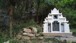 Eine deutlich schmuckere Grabstätte im Park.