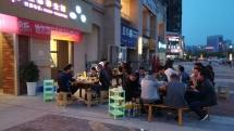 Guang Yu An liegt in Sichuan: überall wird Feuertopf gegessen - auch auf dem Gehweg vor dem Restaurant.
