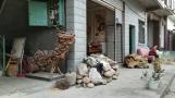 Kunsthandwerk in einem Viertel, in dem man nun wirklich nicht damit rechnet - im Hintergrund ist auch ein Junge handwerklich zu Gange.