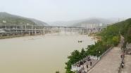 Blick von den Qian Fo-Klippen auf den Jialing He - mit dem Gewirr aus Autobahnen und (Schnell)Zugtrassen im Hintergrund.