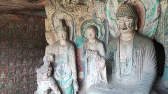 Die Qian Fo-Klippen, -Grotten oder -Schreine (bis zu 1500 Jahre alte, in den Fels geschlagene Grotten und Figuren).