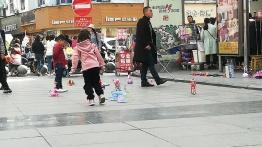 Auch beim Spielzeugverkauf auf der Straße unterscheidet sich der gemeine chinesische Geschmack etwas vom durchschnittlichen deutschen Kaufinteressenten.