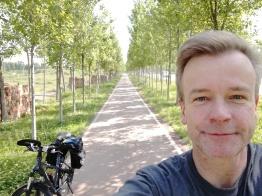 Damit hatte ich wirklich nicht gerechnet: Radweg im Grünen, gesäumt von relativ neu gepflanzten Bäumen - was bei dem Wetter sehr willkommen war.