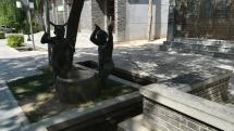 """Kunst auf dem Dorf - interessant: die Figur links hatte """"Hörner"""" auf dem Kopf wie ein Teufel. Bedeutung: ?"""