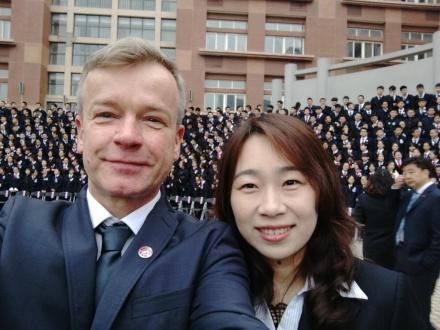 20-Jiao Tong - Klassenfoto mit 750 Schülern (FILEminimizer)